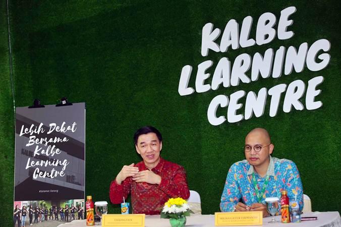 Presiden Direktur PT Kalbe Farma Tbk, Vidjongtius (kiri) bersama Kepala Kalbe Learning Centre (KLC) Micha Catur Firmanto memberikan paparan di sela-sela acara kunjungan ke fasilitas Kalbe Learning Centre di Kawasan Industri Pulo Gadung, Jakarta, Rabu, (6/2/2019). - Bisnis/Abdullah Azzam