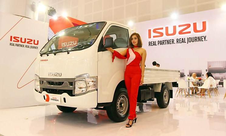 Model Berpose dengan kendaraan Isuzu Traga saat dipamerkan di Gaikindo Indonesia International Auto Show (GIIAS) 2019, di Grand City Convex, Surabaya, Jumat (29/3/2019). - Bisnis/Wahyu Darmawan