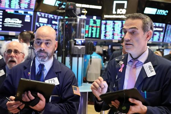 Trader di lantai bursa New York Stock Exchange (NYSE) di New York, AS./ REUTERS - Brendan McDermid