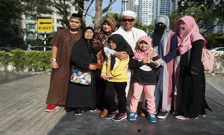 Foto dokumentasi saat pendakwah dan pimpinan Majelis Az-Zikra, (almarhum) Ustadz Muhammad Arifin Ilham (tengah) bersama ibu istri dan anak-anaknya usai olah raga di halaman Apartemen One Mansion George Town Penang (28/01). Arifin Ilham meninggal dunia Rabu (22/5) di Rumah Sakit Glenneagles Penang, Malaysia, karena sakit kanker getah bening yang dideritanya dan jenazah akan diterbangkan ke Indonesia Kamis (23/5). - Antara