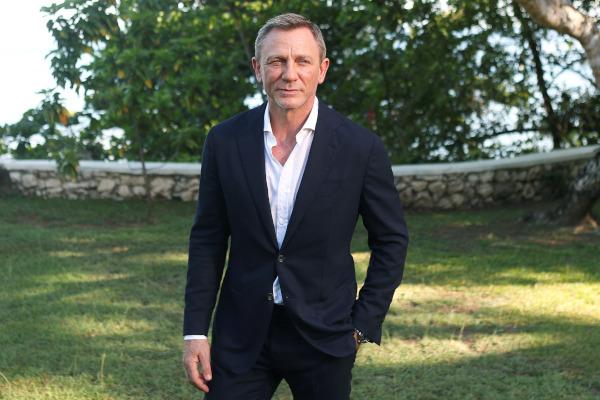 """Aktor Daniel Craig berpose dalam sebuah sesi pemotretan untuk film """"Bond 25"""" d Oracabessa, Jamaika, Kamis (25/4/2019). - Reuters/Gilbert Bellamy"""