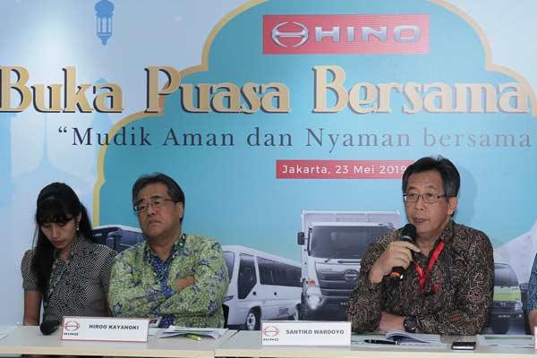 Hiroo Kayanoki, Presiden Direktur PT Hino Motord Sales Indonesia (HMSI); dan Santiko Wardoyo, Direktur Penjualan dan Promosi HMSI. - HINO