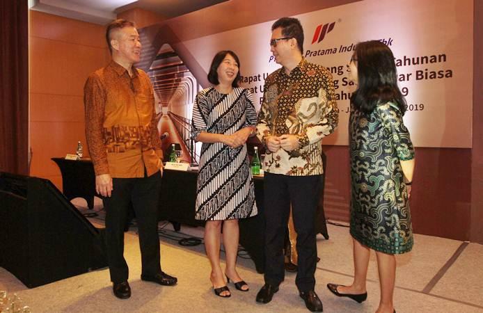 Direktur PT Impack Pratama Industri Tbk Nga Seg Min (dari kiri) berbincang dengan Direktur Lisan, Direktur Janto Salim, dan Direktur Lindawati, usai rapat umum pemegang saham tahunan perseroan, di Jakarta, Kamis (23/5/2019). - Bisnis/Endang Muchtar