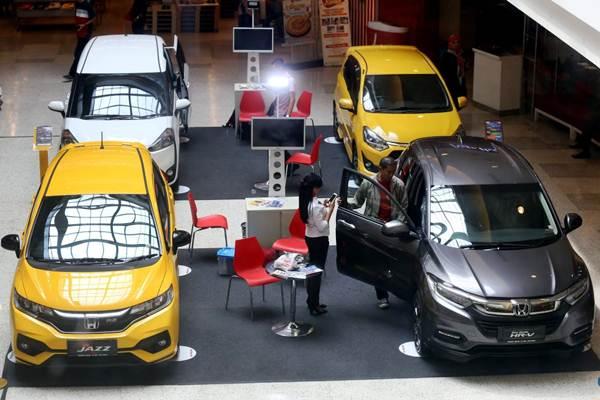 Pengunjung mengamati mobil baru yang dipamerkan di pusat perbelanjaan di Bandung, Jawa Barat, Rabu (26/12/2018). - JIBI/Rachman
