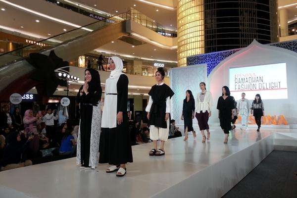 Ilustrasi-Jenahara (kiri) dan koleksi busana rancangannya di Pesona Ramadhan Fashion Delight - JIBI/Reni Efita Hendry