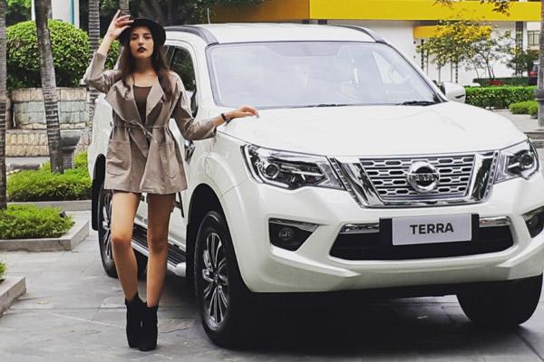 Model berfoto di samping Nissan Terra.  - BISNIS/YSU