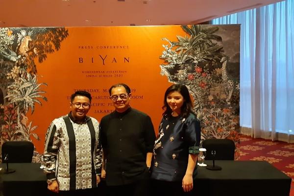 Desainer Biyan Wanaatmadja (tengah) berfoto dalam acara konferensi pers koleksi The Wonder Garden -  Bisnis/ Eva Rianti