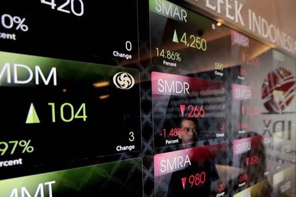 Karyawan memperhatikan monitor pergerakan Indeks Harga Saham Gabungan (IHSG) di Bursa Efek Indonesia, Jakarta, Selasa (12/9). - JIBI/Nurul Hidayat
