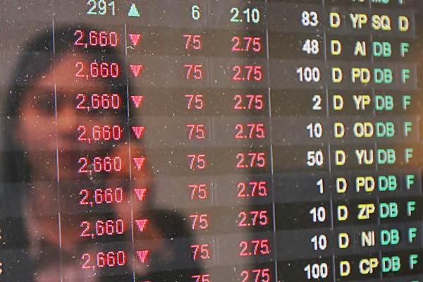 Pengunjung mengamati pergerakan indeks harga saham gabungan (IHSG) di salah satu kantor sekuritas di Jakarta, Senin (18/04). - JIBI/Endang Muchtar