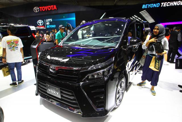 Mobil Toyota All New Voxy dipamerkan pada ajang Gaikindo Indonesia International Auto Show (GIIAS) 2017 di Tangerang Banten, Jumat (11/8). - JIBI/Dwi Prasetya