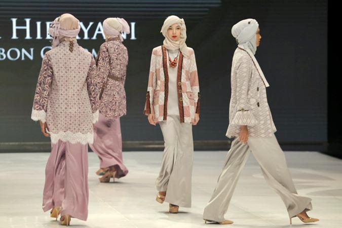 Model mengenakan busana rancangan Nieta Hidayani dalam pergelaran Indonesia Fashion Week 2019 di Jakarta Convention Center (JCC), Jakarta, Kamis (28/3/2019). - Bisnis/Felix Jody Kinarwan
