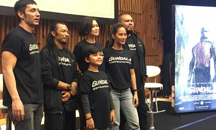 Joko Anwar (paling kanan) bersama para pendukung film Gundala. - Bisnis/Akbar Evandio
