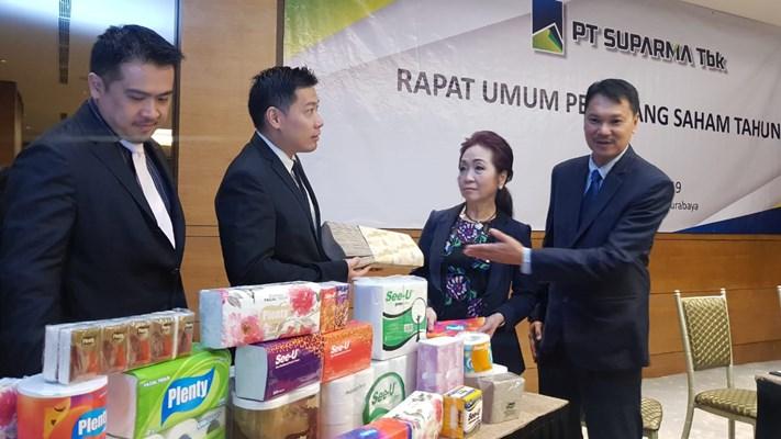 Direktur PT Suparma Tbk Hendro Luhur (kanan) bersama dengan jajaran direksi Suparma saat menggelar RUPS dan Buka Bersama di Surabaya, Rabu (29/5/2019). - Bisnis/ Peni Widarti