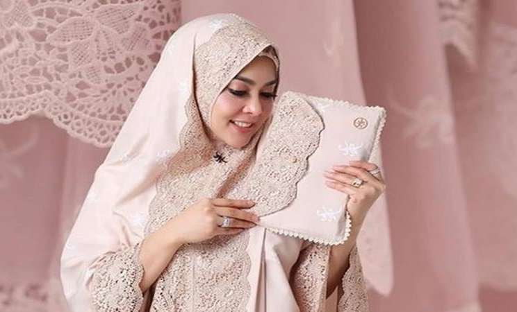 Syahrini menjual mukena seharga Rp3,5 juta per potong. - Instagram @fatimahsyahrini