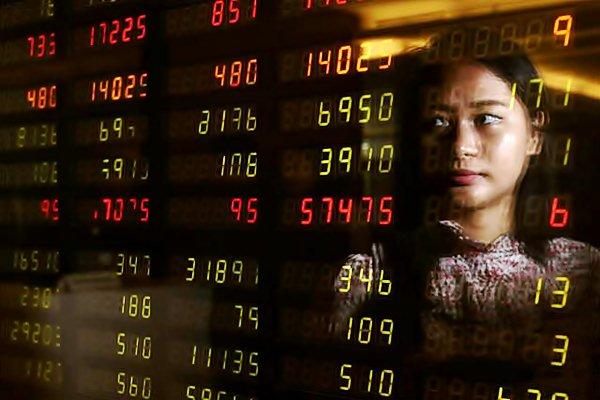 Karyawan mengamati pergerakan indeks harga saham gabungan di salah satu kantor sekuritas di Jakarta. - JIBI/Abdullah Azzam