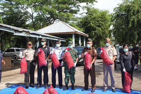 Bea Cukai Bengkalis Musnahkan 750 Karung Bawang Ilegal
