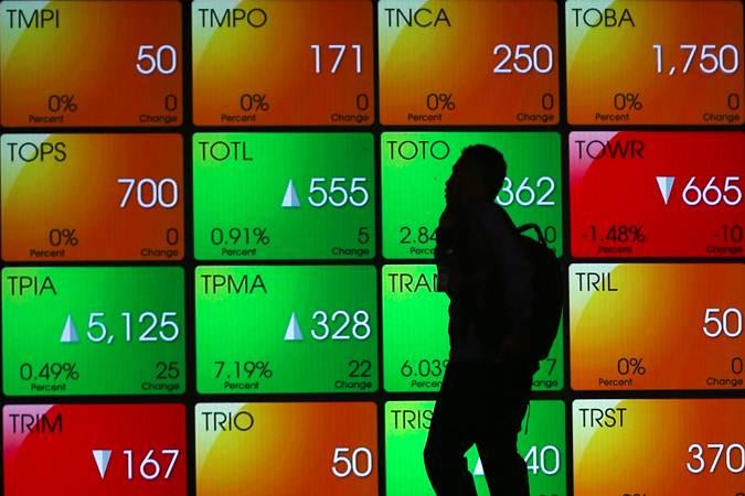 Karyawan melintas di dekat papan elektronik yang menampilkan pergerakan Indeks Harga Saham Gabungan (IHSG) di Bursa Efek Indonesia, Jakarta, Senin (27/5/2019). - Bisnis/Abdullah Azzam