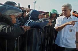 Ganjar Pranowo dan Keluarga bersama Ratusan Pemudik Naik Kereta ke Semarang