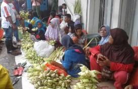 Jelang Lebaran Idulfitri, Perajin Ketupat Banjiri Pasar Mardika