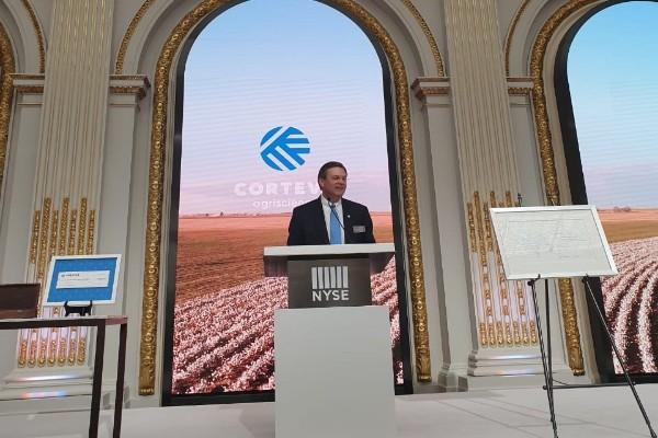 Chief Executive Officer Corteva Agriscience Jim Collins saat memberikan keterangan usai pembukaan perdagangan saham di New York Stock Exchange (NYSE), New York - Riendy Astria