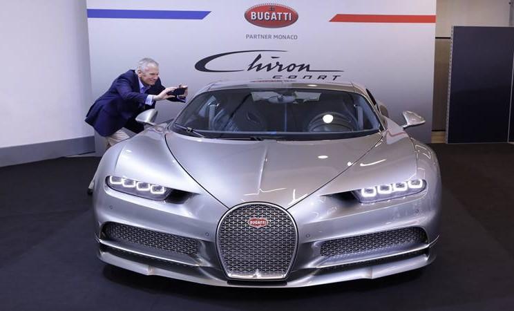 Seorang pengunjung mengambil foto Bugatti Chiron di Pekan Raya Top Marques di Monako 30 Mei 2019. - Reuters
