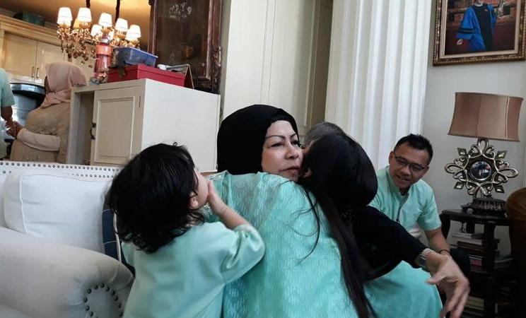Ashanty sungkem pada ibu mertuanya saat Lebaran hari pertama, Rabu (5/6/2019) di kediamannya di kawasan Cinere Depok. JIBI/Bisnis - Ria Theresia Situmorang