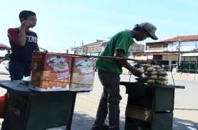 Penjual Ketupat Sayur dan Petugas Keamanan Stasiun…