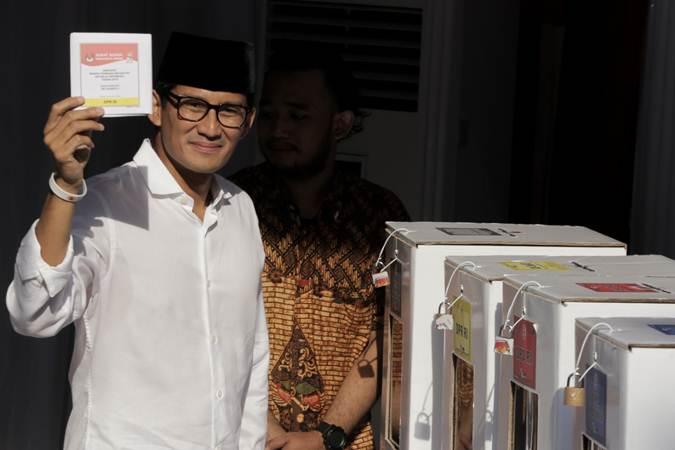 Cawapres nomor urut 02 Sandiaga Uno memperlihatkan surat suara yang telah dicoblos di TPS 02 Selong, Kebayoran Baru, Jakarta, Rabu (17/4/2019). - Bisnis/Felix Jody Kinarwan
