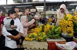 Belanja di Pasar Gede Solo, Presiden Jokowi Punya Tukang Angkat Belanjaannya