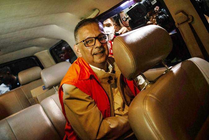 Direktur Utama PT PLN nonaktif Sofyan Basir mengenakan rompi tahanan berada di dalam mobil tahanan seusai menjalani pemeriksaan di Gedung KPK, Jakarta, Senin (27/5/2019). - ANTARA/Aprillio Akbar