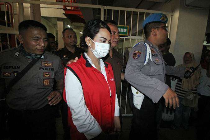 Terdakwa kasus dugaan penyebaran konten asusila Vanessa Angel (tengah) dikawal petugas sebelum menjalani sidang perdana di Pengadilan Negeri (PN) Surabaya, Jawa Timur, Rabu (24/4/2019). - ANTARA/Moch Asim