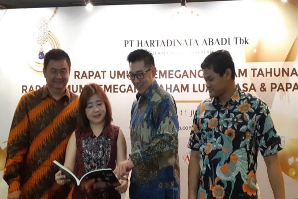 Direktur utama Hartadinata Abadi Sandra Susanto (kedua dari kiri) bersama dengan Direktur Keuangan Deny Ong (ketiga dari kiri) usai publik ekspos pada Selasa (11/6/2019) di Jakarta. - Bisnis/Azizah Nur Alfi
