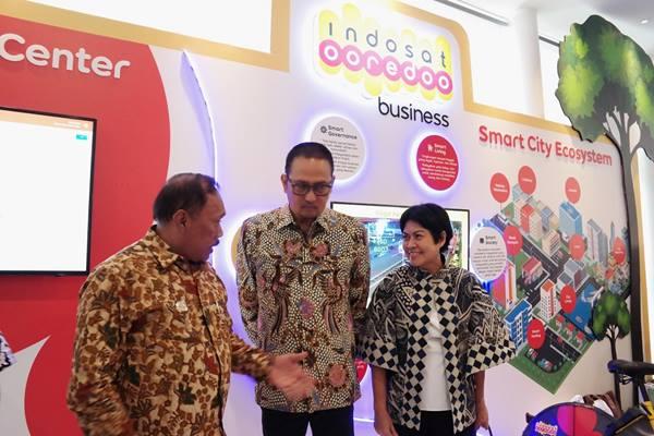 Chief Business Officer Indosat Ooredoo Intan Abdams Katoppo (kanan), Dirjen Aplikasi Informatika Kementerian Komunikasi dan Informatika Semuel Abrijani Pangerapan (tengah), dan Walikota Cilegon Edi Ariadi (kanan) saat berbincang di booth Indosat Ooredoo Business di Jakarta (15/5/2019). - dok.Indosat