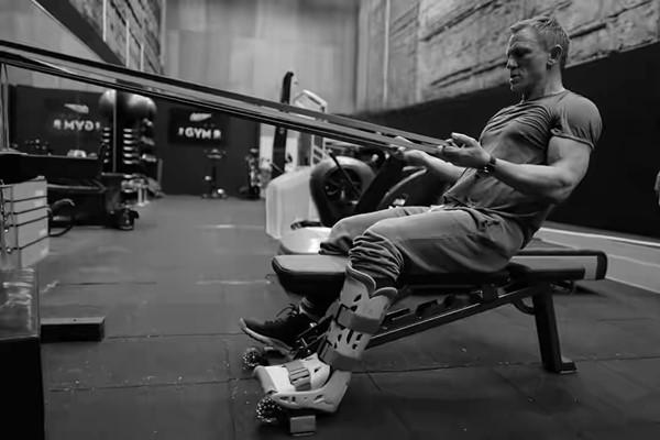 Daniel Craig sedang berlatih gym, mempersiapkan diri untuk kembali syuting film Bond25 - Sumber : Instagram 007