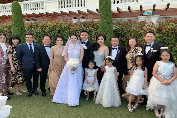 Pasangan Amanda Winarko dan Kelvin Sebastian bersama dengan keluarga di sela-sela pesta pernikahan mewah di Monaco. - Instagram