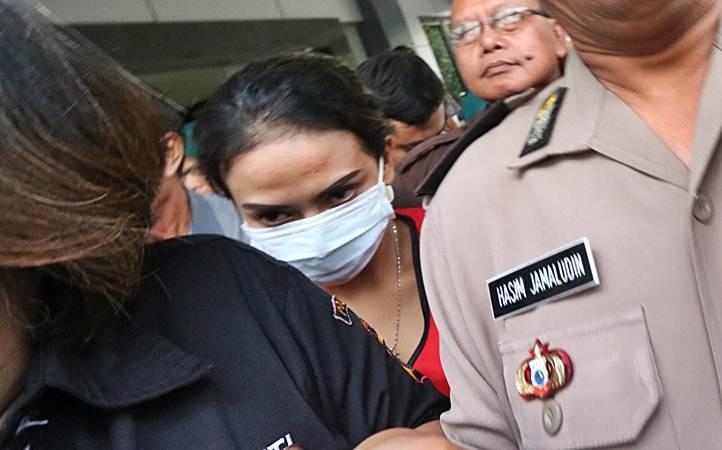 Polisi mengawal tersangka Vanessa Angel (tengah) menuju mobil tahanan di Kejaksaan Negeri Surabaya, Jawa Timur, Jumat (29/3/2019). - ANTARA/Didik Suhartono