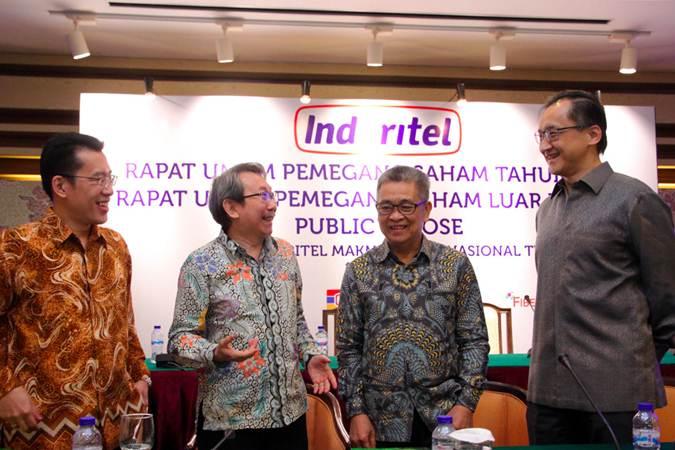 Presiden Direktur PT Indoritel Makmur Internasional Tbk. Haliman Kustedjo (kedua kiri) berbincang dengan Direktur Kiki Yanto Gunawan (dari kiri), Direktur Yunal Wijaya dan Direktur Harjono Wreksoremboko, usai RUPS di Jakarta, Rabu (19/6/2019). - Bisnis/Abdullah Azzam