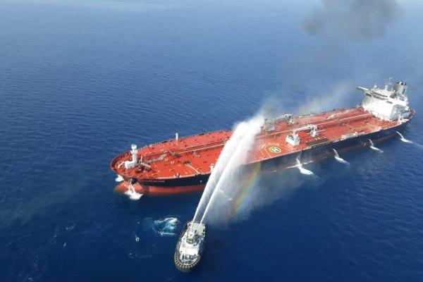 Kapal Angkatan Laut Iran mencoba memadamkan api di atas sebuah kapal tanker yang diserang di Teluk Oman, Kamis (13/6/2019). - Tasnim News Agency via Reuters