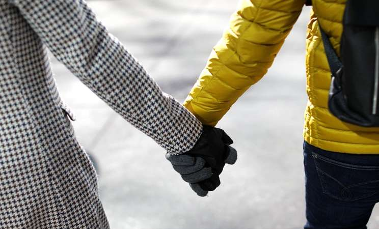 Pasangan bergandengan tangan merayakan hari Valentine di New York, Kamis (14/2/2019). - Reuters/Mike Segar