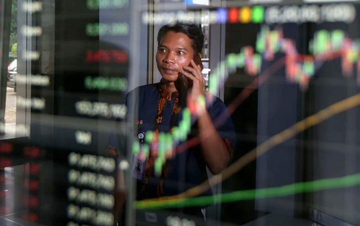 Karyawan memantau pergerakan Indeks Harga Saham Gabungan (IHSG) di salah satu perusahaan sekuritas di Jakarta, Jumat (5/4/2019). - Bisnis/Nurul Hidayat