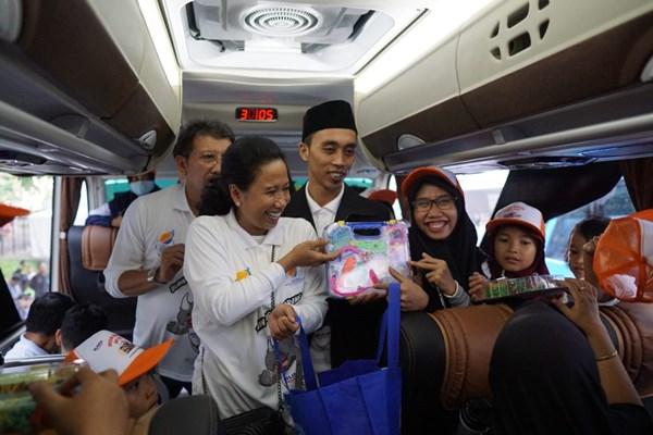 Menteri Badan Usaha Milik Negara (BUMN) Rini Soemarno melepas keberangkatan pemudik dalam Program Mudik Bareng BUMN 2019 di kawasan Gelora Bung Karno (GBK), Jakarta, Kamis (30/5 - 2019).
