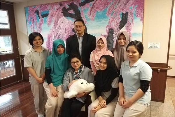 Menteri Kesehatan Nila F Moeloek mengunjungi 'caregiver' asal Indonesia di Osaka Jepang. - Dok. Kementerian Kesehatan