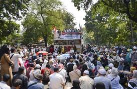 Sidang Putusan Masih Berjalan, Massa Mulai Dekati Barikade Kawat Berduri