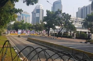 Massa Mendekat ke Gedung MK, Mobil Brimob dan Damkar Disiagakan