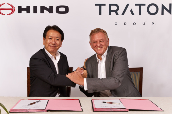 Yoshio Shimo, President & CEO of Hino Motors, Ltd., (kanan) Andreas Renschler, CEO of TRATON AG and member of the Board of Management of Volkswagen AG responsible for Commercial Vehicles. - VOLKSWAGEN