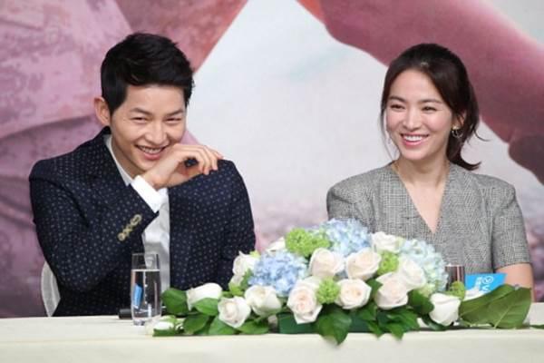 Song Joong-ki dan Song Hye-kyu memberi keterangan kepada media. - Istimewa