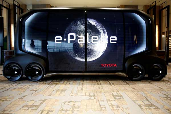 Sebuah mock/up kendaraan swakemudi e/Palette ditampilkan pada konferensi pers oleh Monet Technologies Inc., sebuah perusahaan patungan dari SoftBank Corp dan Toyota Motor Corp yang akan mengembangkan layanan mobil self/driving, di Tokyo, Jepang, 28 Maret 2019. foto REUTERS