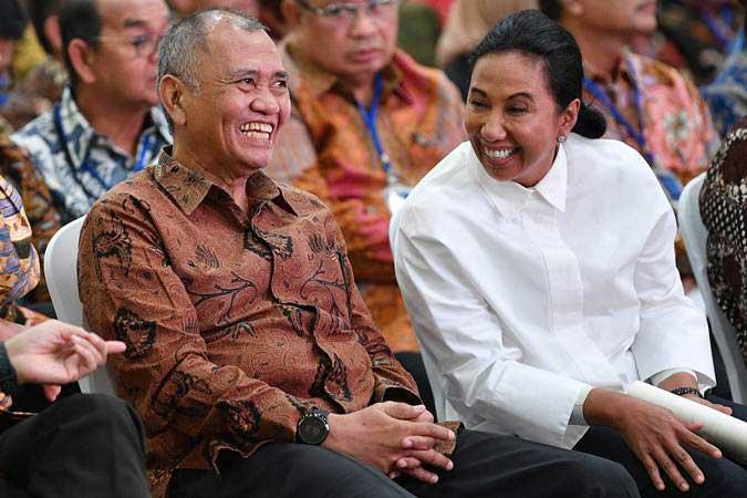 Menteri BUMN Rini Soemarno (kanan) berbincang dengan Ketua KPK Agus Rahardjo saat menghadiri Seminar Peran Satuan Pengawasan Intern (SPI) BUMN di kantor KPK, Jakarta, Kamis (9/5/2019). - ANTARA/Sigid Kurniawan
