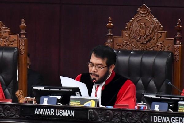 Ketua Mahkamah Konstitusi (MK) Anwar Usman membacakan putusan sidang Perselisihan Hasil Pemilihan Umum (PHPU) Presiden dan Wakil Presiden 2019 di Gedung Mahkamah Konstitusi, Jakarta, Kamis (27/6/2019). - Antara/Hafidz Mubarak