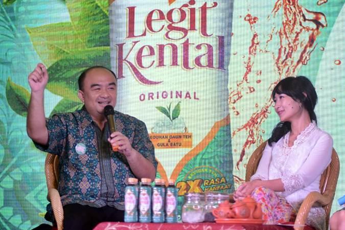 Head of Corporate and Marketing Communication Orang Tua (OT) Group Harianus Zebua (kiri) bersama Pakar Teh Internasional Ratna Somantri, menjawab pertanyaan wartawan, di Jakarta, Jumat (28/62019). - Bisnis/Endang Muchtar